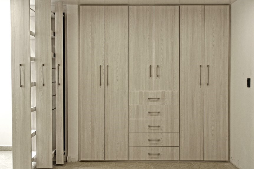 Closets puertas en madera acabados arquitect nicos for Modelos de puertas para closet