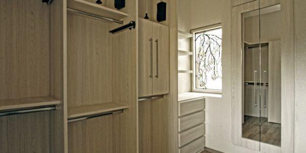 Closet y puertas en madera en colombia