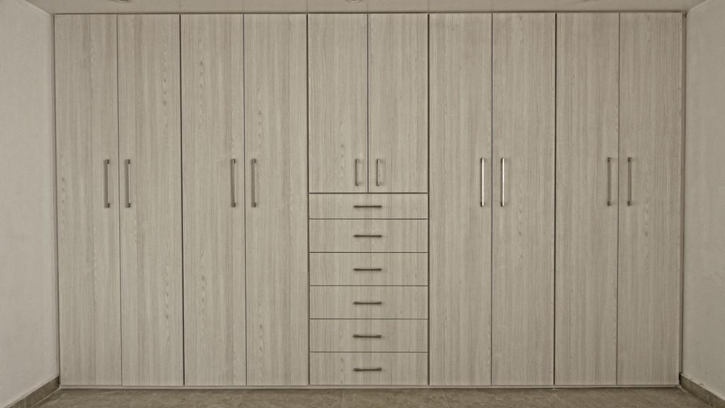 Closets puertas en madera acabados arquitect nicos for Closet de tablaroca modernos