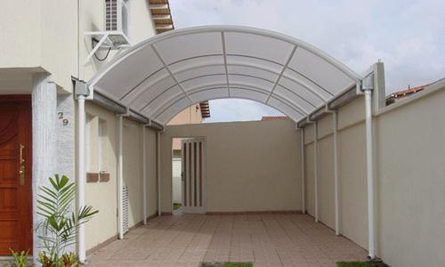 Cubierta con estructura en aluminio y policarbonato
